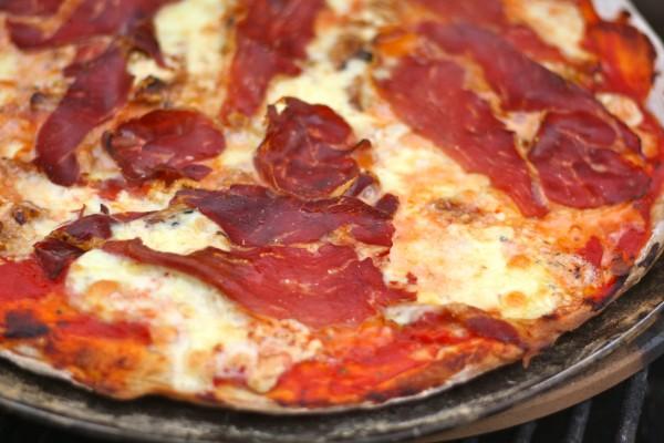 pizza með spænskri hráskinku