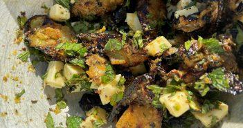 Salat með grilluðum kúrbít, sítrónu, feta og myntu